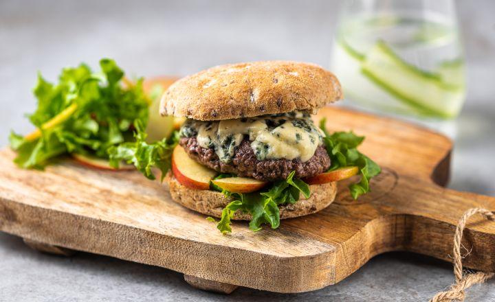 Hamburger sinihallitusjuustu ja õunasalatiga